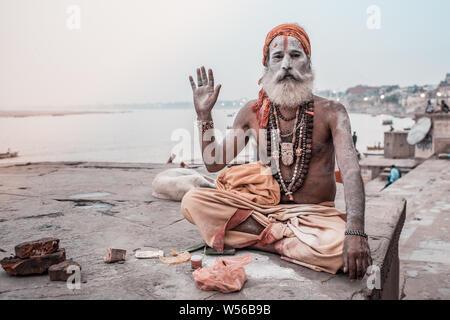 Ein sadhu Neben der Ganges in Varanasi, Indien sitzen.