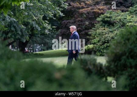 Us-Präsident Donald Trump allein aus dem Oval Office im Süden Rasen board Marine One für seine Reise nach West Virginia auf dem Südrasen des Weißen Hauses Juli 24, 2019 in Washington, DC. - Stockfoto