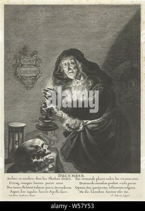 Dezember: Alte Frau bei Kerzenschein Dezember (Titel auf Objekt) Die zwölf Monate (Titel der Serie), eine alte Frau in einem Innenraum hält einen Leuchter mit einer Kerze in der Hand. Sie steht an einem Tisch mit einer Schädel und eine Sanduhr. Eine Ziege neben den Tisch. In einer Nische in der Wand eine Eule, auf der linken Seite an der Wand eine Tafel mit dem Datum 29. Dezember 1645. Unter der Darstellung eines lateinischen Text in zwei Spalten, alte Frau, die zwölf Monate (vor allem personifikationen), 'Mese in Generale' (Ripa) (allegorische oder symbolische Darstellung der Jahreszeiten und Monate), Leuchter, Dunkelheit, Albert Haelwegh - Stockfoto