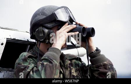 25. April 1993 während des Krieges in Bosnien: Im Zentrum von Stari Vitez, ein britischer Soldat der Cheshire Regiment wacht aus der Luke eines FV103 Alvis Spartan APC. Er ist etwa 200 Meter von der HVO (bosnisch-kroatischen) Linie, die Straße hinunter. - Stockfoto