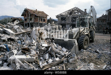 25. April 1993 während des Krieges in Bosnien: in Stari Vitez, eine britische Armee Bagger löscht Schutt während der Wiederaufnahme der Körper aus der Bosnische Präsidentschaft durch einen Lkw Bombe ein paar Tage vorher abgerissen. - Stockfoto