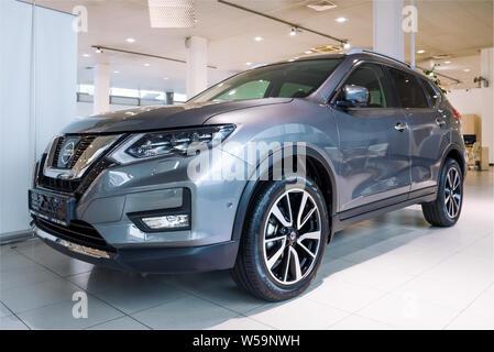 SANKT-PETRBURG, Russland - 03 Juli, 2019: Neuer Nissan X-Trayl (2019) im Autohaus Nahaufnahme - Stockfoto