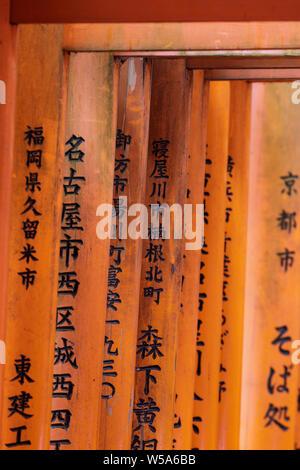 Zinnoberrot torii Gates im Fushimi Inari Schrein in Kyoto, Japan. Der Kopf Heiligtum des Gottes Inari in Kyoto, den Fushimi Inari Taisha Shrine entfernt