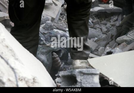 25. April 1993 während des Krieges in Bosnien: in Stari Vitez, die Hand eines ARBiH (bosnische Muslime) Soldat ragt aus den Trümmern des bosnischen Krieges Präsidentschaft, abgerissen durch einen Lkw Bombe ein paar Tage früher. - Stockfoto