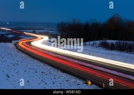 Lange Belichtung Foto des Verkehrs auf den Umzug in der Nacht - Stockfoto