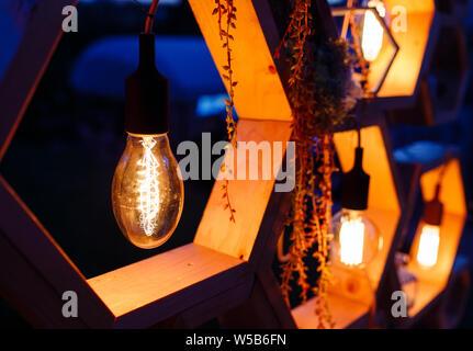 Hochzeit Arch an der Zeremonie. Close-up Glühbirne, Edison dekorative Elemente - Stockfoto