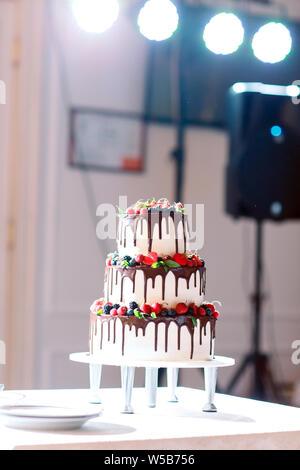 Obst Hochzeitstorte so süß und lecker Hochzeit Fertigstellung - Stockfoto
