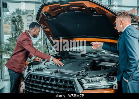 Berater von Autohaus mit dem Car unter Capote. - Stockfoto