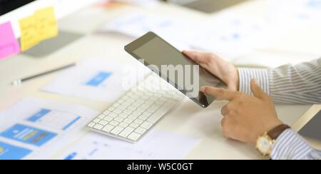 Business Mann arbeitet an Tablet Computer im modernen Büro-, Nahaufnahme der Hand - Stockfoto
