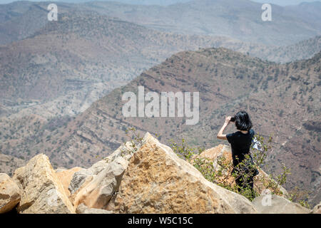 Weibliche touristische verwendet Ihr Handy ein Bild der bergigen Landschaft der Danakil Depression, Äthiopien zu nehmen - Stockfoto