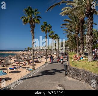 Menschen entspannen und genießen Sie die warme Sonne am Strand Playa del Camisón, Teneriffa - Stockfoto