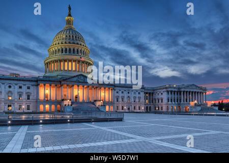 Der United States Capitol Building bei Nacht, Washington DC, USA.