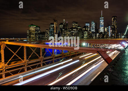 Auto Verkehr auf der Brooklyn Bridge In New York - Stockfoto