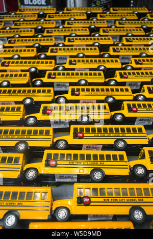 Ausbildung in den USA, Blick auf gelbe Schulbusse in einem Schaufenster in Manhattan, New York City, USA Stockfoto