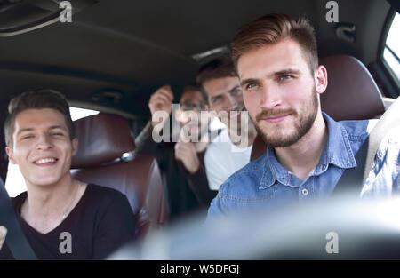 Gruppe der glücklichen Freunde auf ein Auto - Stockfoto