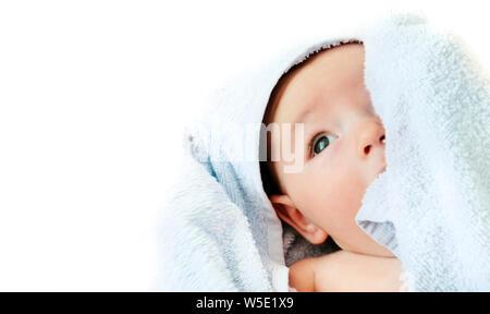 Kleines Baby, Baby liegen auf dem Handtuch mit isolierten weißen Hintergrund gebadet - Stockfoto