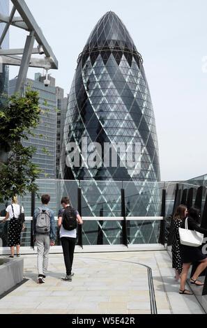 Besucher view The Gherkin Gebäude aus dem Dachgarten auf 120 Fenchurch Street in der City von London Financial District im Sommer England UK KATHY DEWITT - Stockfoto