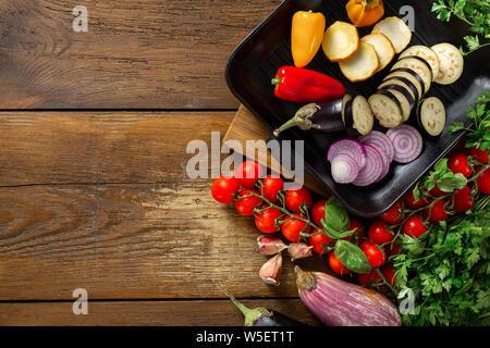 Verschiedene Gemüse für das Kochen auf dem Grill Pfanne auf einem hölzernen Hintergrund der Ansicht von oben kopieren Raum - Stockfoto