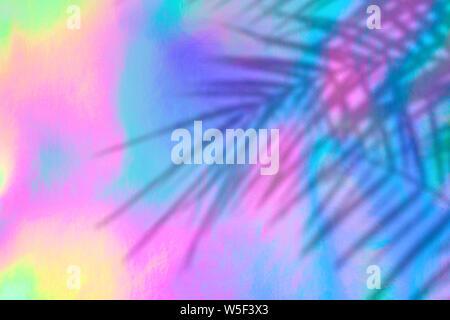 Trendige farbige holographische Hintergrund mit Palmen Schatten Blätter im 90er Jahre Stil. Synthwave. Vaporwave Stil. Retrowave, retro-Futurismus, webpunk - Stockfoto