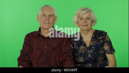 Senior im Alter von Mann und Frau zusammen auf Chroma Key Hintergrund. Konzept einer glücklichen Familie im Alter. Für ihr Logo oder Text platzieren. Grüner Hintergrund - Stockfoto