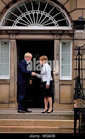 Bute House, Edinburgh, Schottland, Großbritannien. Juli 2019. Premierminister Boris Johnson trifft bei seinem ersten Besuch nördlich der Grenze seit seinem Amtsantritt vor 5 Tagen im Bute House den schottischen Premierminister Nicola Sturgeon.