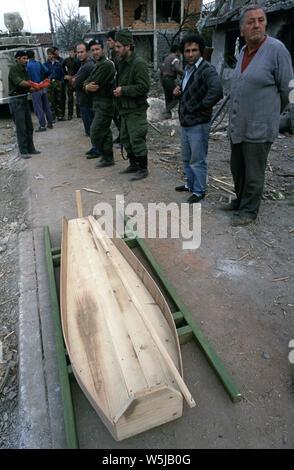 25. April 1993 während des Krieges in Bosnien: in Stari Vitez, ARBiH (bosnische Muslime) Soldaten und ein paar Lokale Leute zusehen, wie ein Körper für die Beerdigung nach aus den Ruinen des bosnischen Krieges Präsidentschaft gezogen wird vorbereitet ist. - Stockfoto