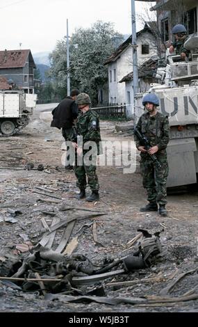 25. April 1993 während des Krieges in Bosnien: Im Zentrum von Stari Vitez, Britische Soldaten des Cheshire Regiment stand Guard während der Operation stellen sich zu erholen nach einem großen Lkw-Bombe die Bosnische Präsidentschaft zerstört. - Stockfoto