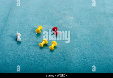 Satz von Pins in verschiedenen Farben. Reißnägel. - Stockfoto