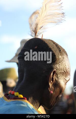 Ein alter Mann mit einem traditionellen Turkana Frisur Tragen eines weißen Straußenfedern - Stockfoto