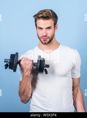 Mens macht. Mann anheben Barbell. Sportler Training in der Turnhalle. Sport Hantel Ausrüstung. Athletic fitness Mann. Gewichtheben. Mann Workout mit Barbell. Kraft und Energie. Starke Muskeln und Kraft. - Stockfoto