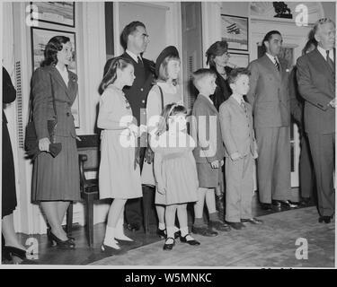 Familienangehörige von W. John Kennedy und John L. Sullivan, der Untersekretär und Sekretär der Marine, sehen Sie sich das Oval Office Zeremonie, in der diese beiden Männer Medaillen des Verdienstes erhalten. George Marshall können auf der rechten Seite gesehen werden. Präsident Truman, Herr Kennedy, und Herr Sullivan nicht auf diesem Foto gesehen werden. - Stockfoto