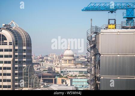 Londoner Stadtbild aus dem Garten auf 120, darunter die St Paul's Kathedrale gesehen - Stockfoto