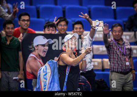 Ashleigh Barty von Australien feiert nach dem Sieg über Caroline Garcia von Frankreich in ihrer Gruppe Gleichen während der hengqin Leben WTA Elite Trophäe Zhuhai
