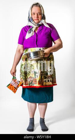 Ältere Frau wirft tragen, dumm, lustig, nicht zusammenpassende Outfits und bereit für eine fashion show Start- und Landebahn, die seltsame, verrückte, skurrile und exzentrisch. - Stockfoto