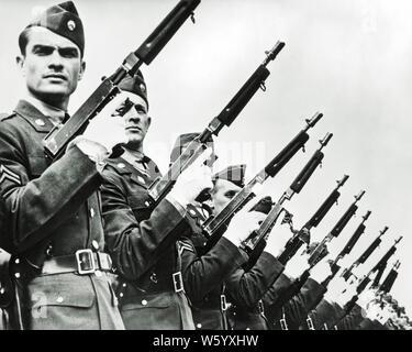 1930er Jahre 1940er Jahre DATEI VON Soldaten der US Army Military Police tragen weiße Handschuhe HOLDING THOMPSON 45 Kaliber MASCHINENPISTOLEN AN READY-q 74001 CPC 001 HARS RISIKO VERTRAUEN AUSDRÜCKE B&W AUGENKONTAKT FREIHEIT DATEI SCHUTZ STÄRKE MUT LEISTUNGSSTARKE STERN WELTKRIEGE WELTKRIEG ZWEITEN WELTKRIEG ZWEITEN WELTKRIEG VON AUTORITÄT BERUFEN UNIFORMEN KONZEPTIONELLE STILVOLLE WELTKRIEG 2 US ARMY WEISSE HANDSCHUHE FEUERWAFFE FEUERWAFFEN MITEINANDER junger erwachsener Mann SCHWARZ UND WEISS KAUKASISCHEN ETHNIE ALTMODISCH - Stockfoto