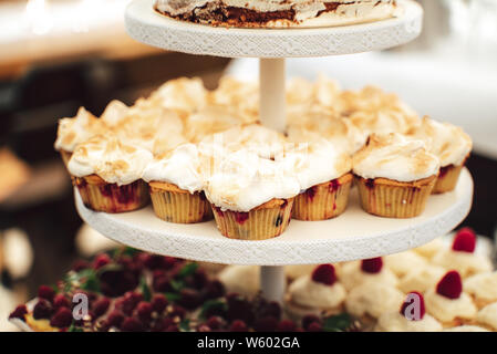 Display stand mit fruchtigen meringue Cupcakes - Stockfoto