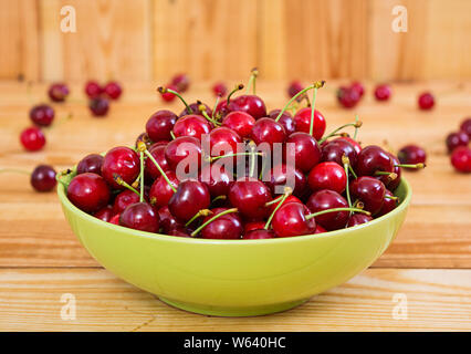 Leckere süße Kirsche auf Holz- Hintergrund - Stockfoto