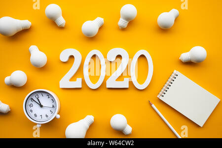 Kreativität von 2020 Konzepte mit Gruppe der Glühbirne und Text Nummer auf pastellfarbenen Hintergrund. Business Solution. Leistung der menschlichen. Minimal Style. - Stockfoto