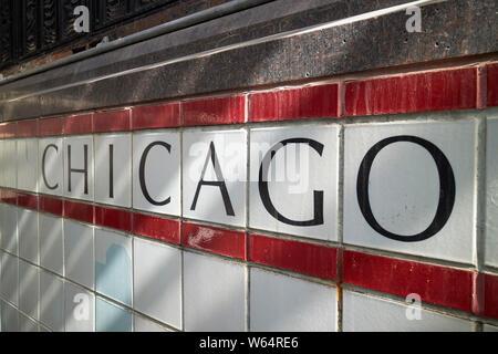 Chicago in schwarzen Buchstaben auf weißen Fliesen am Eingang in die U-Bahn station Chicago, IL USA - Stockfoto