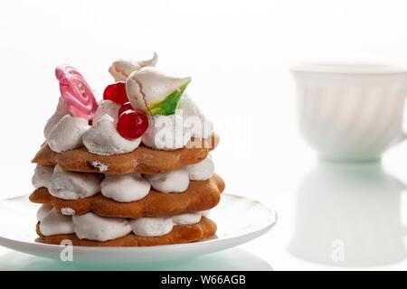 Köstliche, frisch gebackenen Kuchen liegt auf einem weißen stelean Tabelle. - Stockfoto