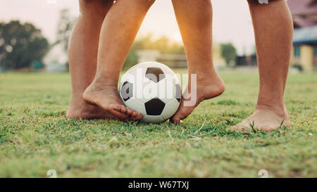Silhouette Action Sport der Kinder Spaß Fußball spielen Fußball für Übung im ländlichen Raum. Arme und Armut Kinder in der Entwicklung. - Stockfoto