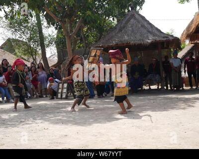 Juli 29,2018 - Sade, Lombok/Indonesien: Kinder tanzen Peresean im Dorf Sade, Lombok-Indonesien. Peresean ist eine Tradition des Kampfes zwischen zwei Männern. - Stockfoto