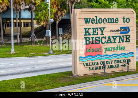 Miami, FL, USA - Dezember 9, 2018: Eine einladende Namensschild an der Einführung von Key Biscayne - Stockfoto