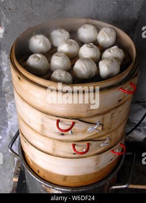 Chinesische Knödel in Zhoushan Wasser Stadt in der Nähe von Shanghai. Dies ist typisch Chinesisch essen. Diese gedämpfte Teigtaschen sind beliebt in China. Xitang, China - Stockfoto