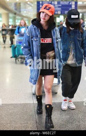 Taiwanesische Sängerin Jolin Tsai wird dargestellt, an der Beijing Capital International Flughafen in Peking, China, 19. März 2018. - Stockfoto