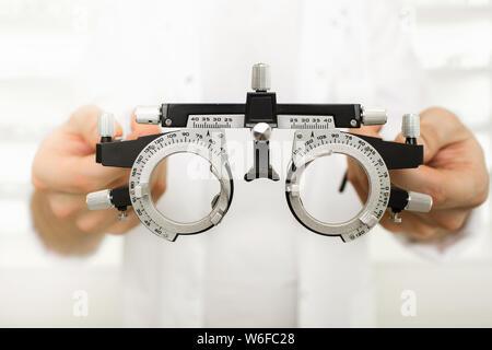Arzt holding Optometrist trial Rahmen - Stockfoto