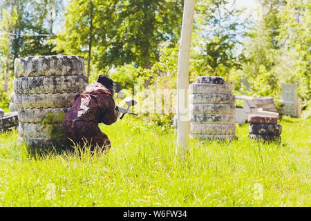 Paintball Sport Spieler in einer einheitlichen und Maske spielen mit Gewehr im Freien. - Stockfoto