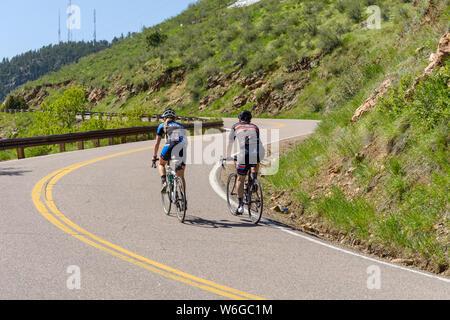 Mountainbiken - Radfahrer klettern auf einem steilen und kurvigen Bergstrasse in Lookout Mountain in der Nähe von Golden, Colorado, USA. - Stockfoto