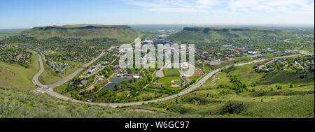 Stadt der Goldenen - einen herrlichen Frühling Morgen Blick auf die Stadt von Golden, zwischen Nord und Süd Tabelle Berge, Colorado, USA. - Stockfoto