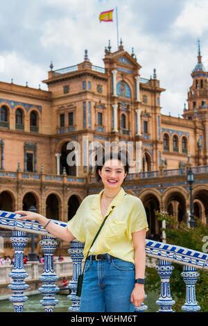 Junge weibliche Touristen stellt auf der Plaza de Espana; Sevilla, Andalusien, Spanien - Stockfoto